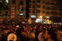 De mensen in tahrir regelen tijdens Egyptische revolutie Royalty-vrije Stock Afbeeldingen