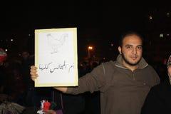 De mensen in tahrir regelen tijdens Egyptische revolutie Stock Afbeelding
