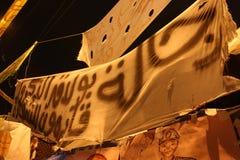 De mensen in tahrir regelen tijdens Egyptische revolutie Stock Foto