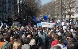 De mensen tonen in Parijs aan Stock Afbeeldingen