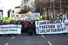 De mensen tonen tegen de besnoeiing op de begroting van de Overheid voor Families aan Royalty-vrije Stock Foto