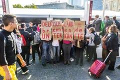 De mensen tonen tegen de viering van 25ste dag van het Duits aan Royalty-vrije Stock Afbeeldingen