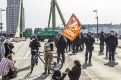 De mensen tonen tegen EZB en Kapitalisme aan stock foto's