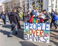 De mensen tonen tegen EZB en Kapitalisme in Frankfurt aan royalty-vrije stock foto