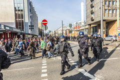 De mensen tonen tegen EZB en Kapitalisme in Frankfurt aan stock foto