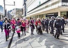 De mensen tonen tegen EZB en Kapitalisme in Frankfurt aan royalty-vrije stock afbeeldingen