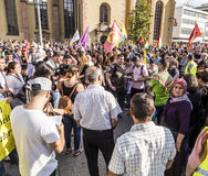 De mensen tonen tegen moord en schending van Koerdische peopl aan stock foto