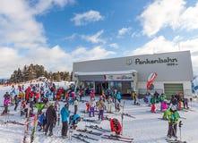 De mensen treffen beginnen voorbereidingen te skien en Stock Afbeelding