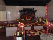 De mensen treffen voor Chinees Nieuwjaar in Kim Tek Ie in de Tempel van Djakarta voorbereidingen stock foto's