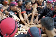 De mensen van dansteam verenigen geest