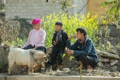 De mensen van de familieetnische minderheid, bij oude Dong Van-markt stock foto