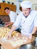 De mensen van de kok in keuken Royalty-vrije Stock Afbeeldingen