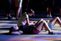De mensen van de menigte (ventilators) letten op een overleg bij FIB Festival stock afbeelding