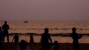 De mensen van de Goa bach zonsondergang stock video
