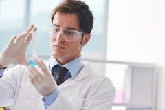De mensen van het onderzoek en van de wetenschap in labaratory Stock Foto's