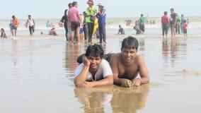 de mensen van jongensmensen het genieten van baadt overzeese strandgolven die het zwemmen springen Stock Afbeeldingen