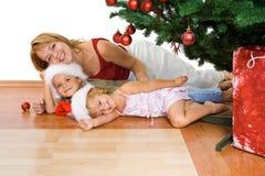 De mensen van Kerstmis bundelen onder de spar Stock Fotografie