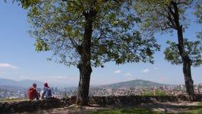 De mensen van Sarajevo in liefdetuinarchitect 1 stock video