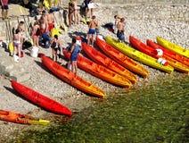 De mensen van verschillende leeftijden zullen spoedig kano paddelen royalty-vrije stock foto