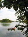 De mensen varen in een boot Stock Afbeelding