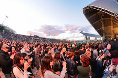 De mensen (ventilators) gillen en dansen in de eerste rij van een overleg bij het Correcte 2013 Festival van Heineken Primavera Stock Foto's