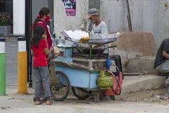 De mensen verkopen voedsel op de straat in Indonesië royalty-vrije stock afbeelding