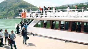 De mensen verlaten de Boot na het Reizen stock videobeelden