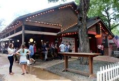 De mensen verzamelden zich binnen op gronden van populaire aantrekkelijkheid, de Worsthuis van Banger en Biertuin, Austin, Texas, stock afbeeldingen
