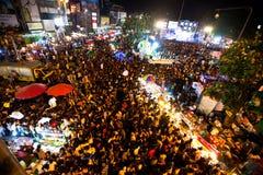 De mensen verzamelden zich in het stadscentrum op de aftelprocedure tijdens de vieringen van het Nieuwjaar Stock Foto's