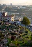 De mensen verzamelden zich in Jardim do Morro stock foto