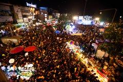 De mensen verzamelden zich tijdens de vieringen van het Nieuwjaar Royalty-vrije Stock Foto's