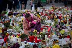 De mensen verzamelden zich voor de Beurs van Brussel om de slachtoffers van de terroristische aanslagen van 22 Maart, 2016 te her Royalty-vrije Stock Fotografie