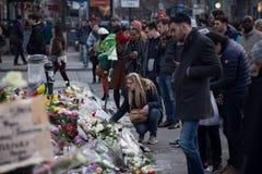 De mensen verzamelden zich voor de Beurs van Brussel om de slachtoffers van de terroristische aanslagen van 22 Maart, 2016 te her Royalty-vrije Stock Afbeeldingen
