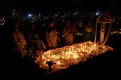 De mensen verzamelen zich om Al Zielendag in Kolkata te vieren stock fotografie