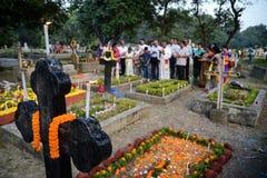 De mensen verzamelen zich om Al Zielendag in Kolkata te vieren stock afbeelding