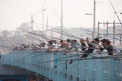 De mensen vissen van de Galata-brug, Istanboel Stock Foto's