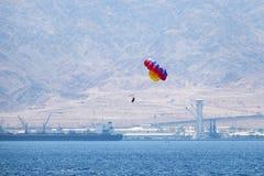 De mensen vliegen door parasail in het Rode Overzees Royalty-vrije Stock Afbeeldingen