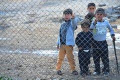 De mensen in vluchteling kamperen Stock Foto