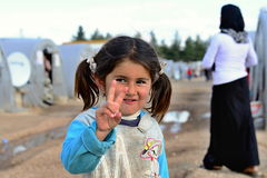 De mensen in vluchteling kamperen Stock Foto's