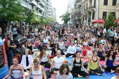 De mensen voeren yoga opleiding uit Royalty-vrije Stock Foto