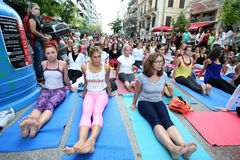 De mensen voeren yoga opleiding uit Royalty-vrije Stock Foto's