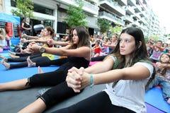 De mensen voeren yoga opleiding uit Royalty-vrije Stock Fotografie