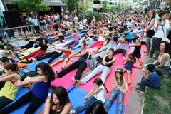 De mensen voeren yoga opleiding uit Stock Foto