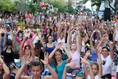De mensen voeren yoga opleiding uit Royalty-vrije Stock Afbeeldingen
