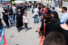 De mensen vormen een rij om kaartjes voor de derde dag van Oosteuropese Grappig te kopen bedriegen Royalty-vrije Stock Fotografie