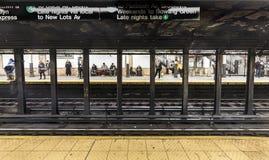 De mensen wachten bij metropost Wall Street royalty-vrije stock afbeeldingen