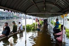 De mensen wachten de bus, de Overstroming van Bangkok Stock Afbeeldingen