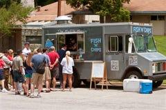 De mensen wachten in Lijn in Vissen en Chips Food Truck royalty-vrije stock foto's