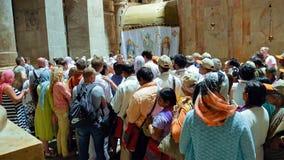 De mensen wachten om in Jesus Empty-graf binnen te gaan stock foto's