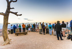 De mensen wachten op de eerste zon bij Stock Afbeeldingen